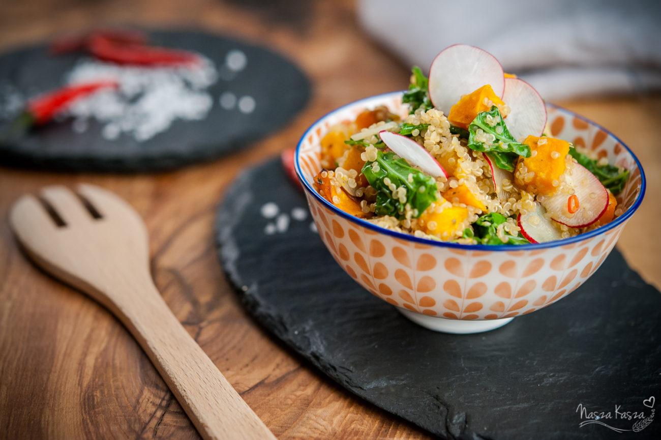 Sałatka z jarmużem, dynią i komosą ryżową