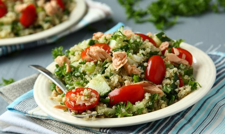 Sałatka z quinoa i łososiem
