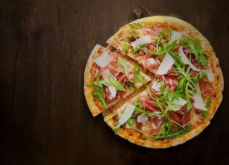 Pizza na jaglanym spodzie z szynką parmeńską i rukolą