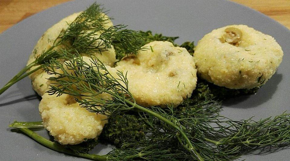 Jaglane kluseczki z oliwkami na pietruszkowym pesto