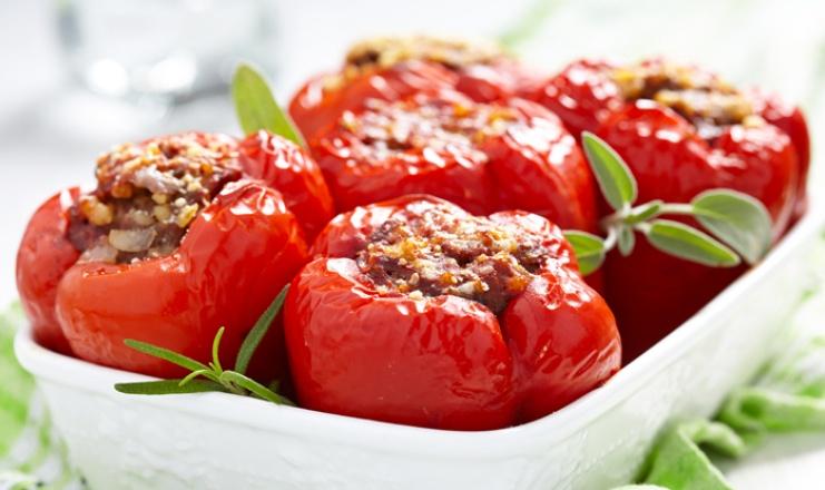 Papryka faszerowana pomidorową kaszą jaglaną