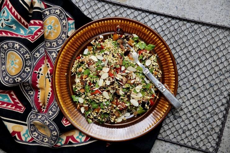 Marokańska sałatka gryczana z prażonymi orzechami