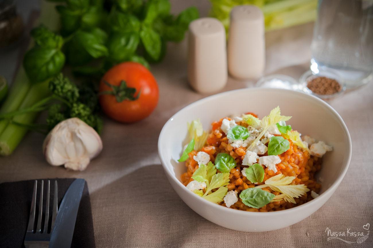 Kremowa kasza jęczmienna z pomidorami, fetą i bazylią