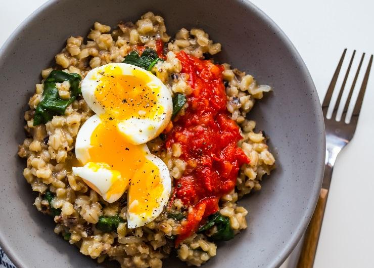 Kremowa kasza jęczmienna ze szpinakiem, jajkiem i pomidorową salsą