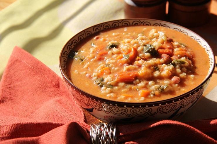 Rozgrzewająca zupa warzywna z kaszą jęczmienną