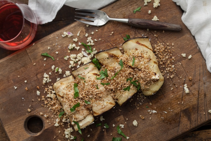 Grillowany bakłażan faszerowany serowo-ziołową kaszą jaglaną
