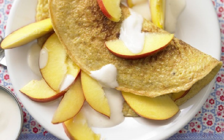 Lekki omlet jaglany z jabłkiem i jogurtem