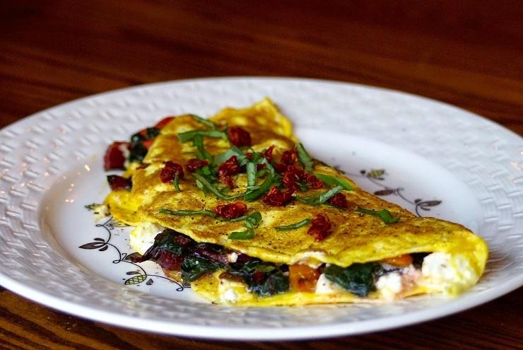 Omlet ze szpinakiem, suszonymi pomidorami i fetą