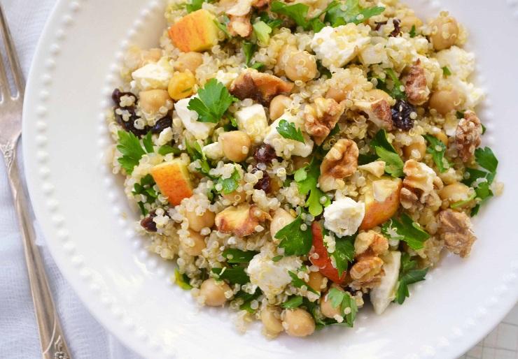 Sałatka z komosą ryżową, fetą i orzechami włoskimi