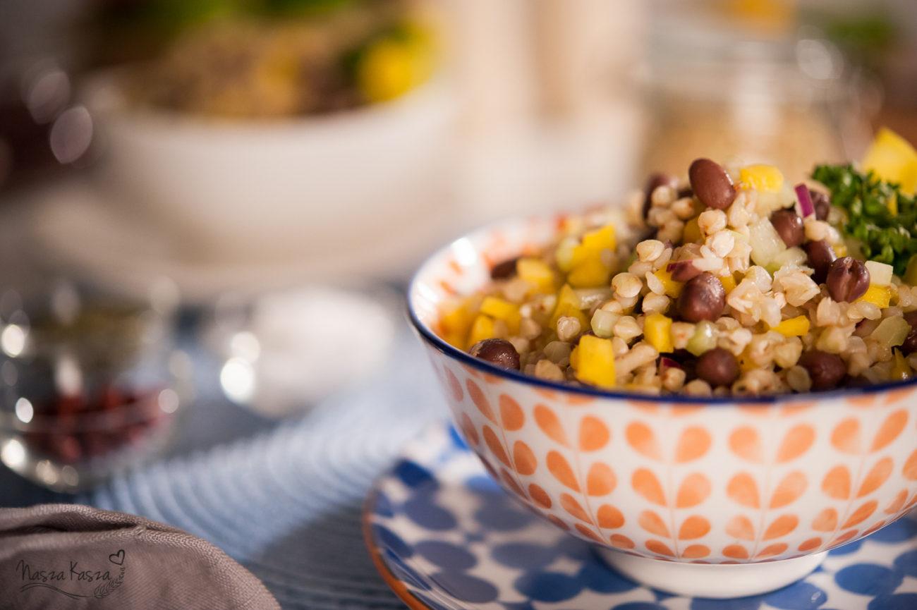 Sałatka z białej kaszy gryczanej, fasolki adzuki i mango