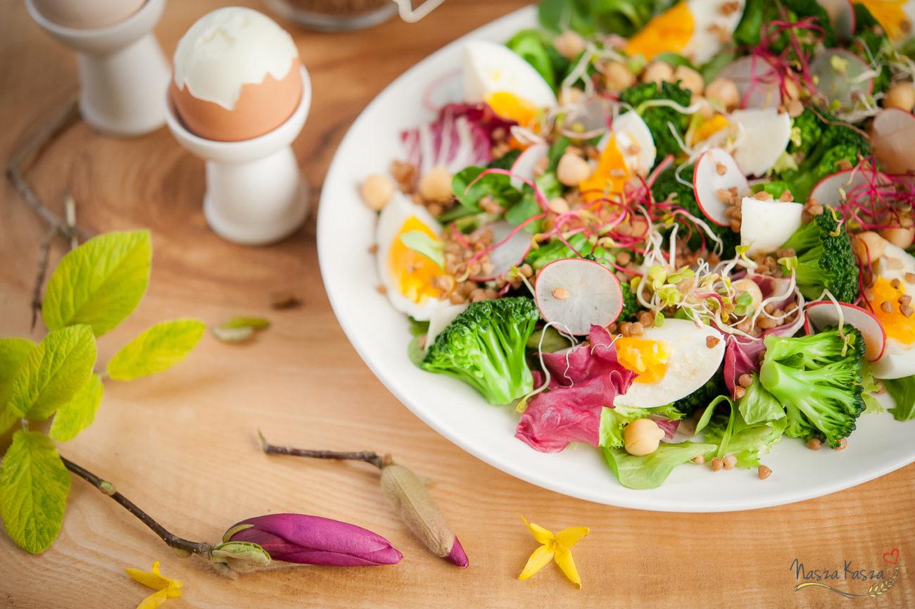 Wielkanocna sałatka z jajem, warzywami i kaszą gryczaną