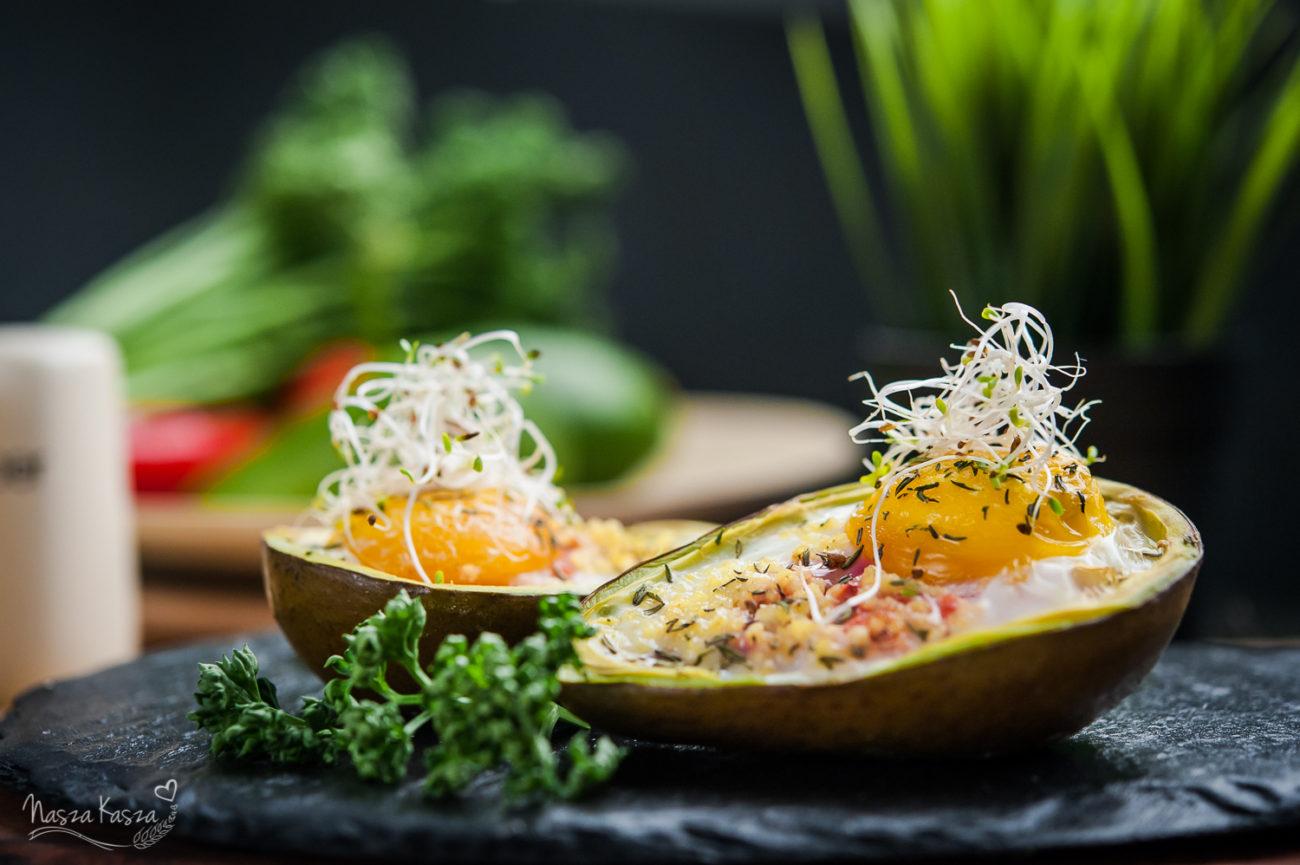 Awokado zapieczone z jajkiem i kaszą jaglaną
