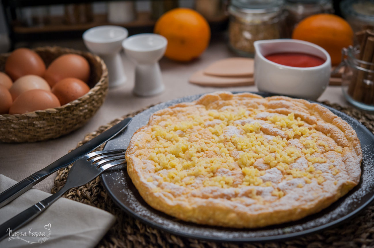 Puszysty omlet z wiórkami kokosowymi, kaszą jaglaną i musem truskawkowym
