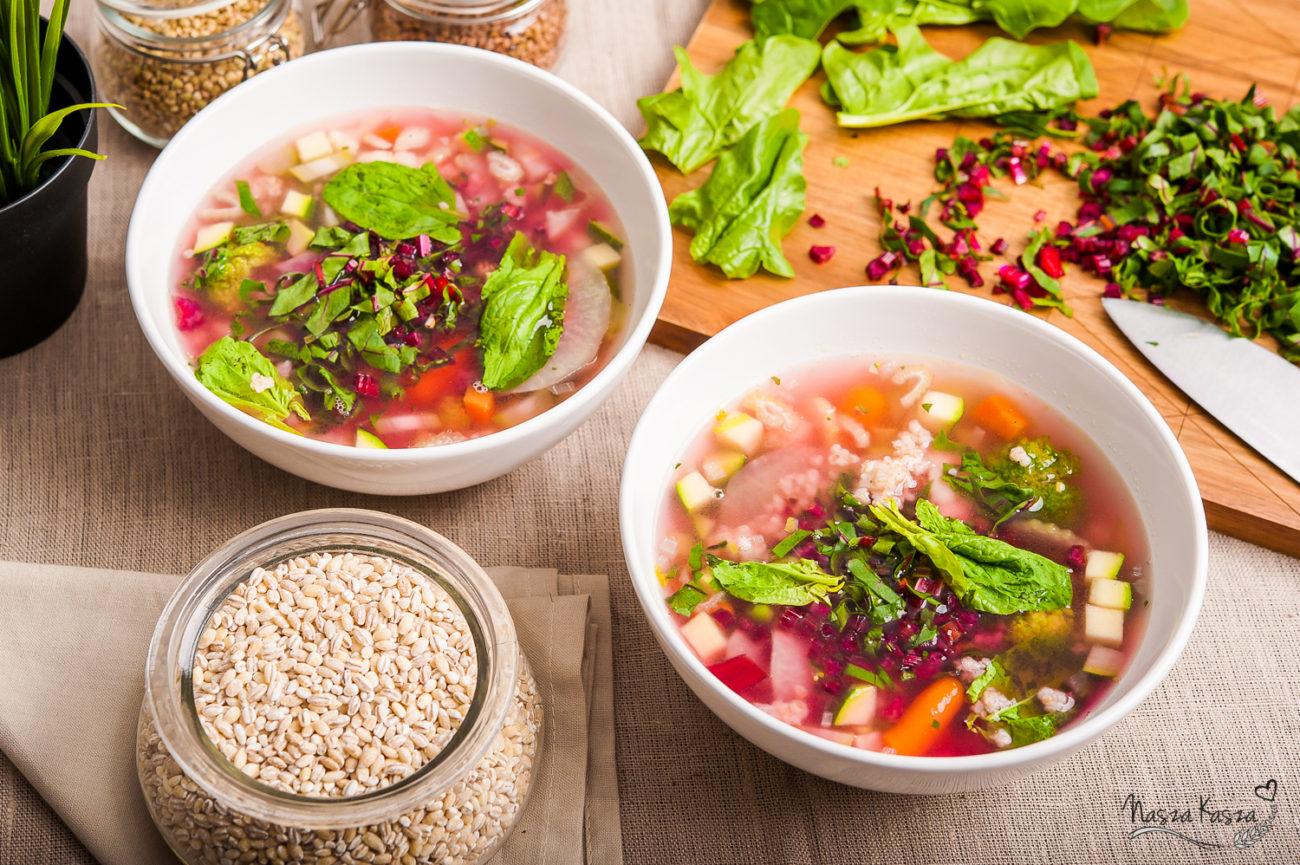 Letnia zupa z młodymi warzywami i kaszą jęczmienną