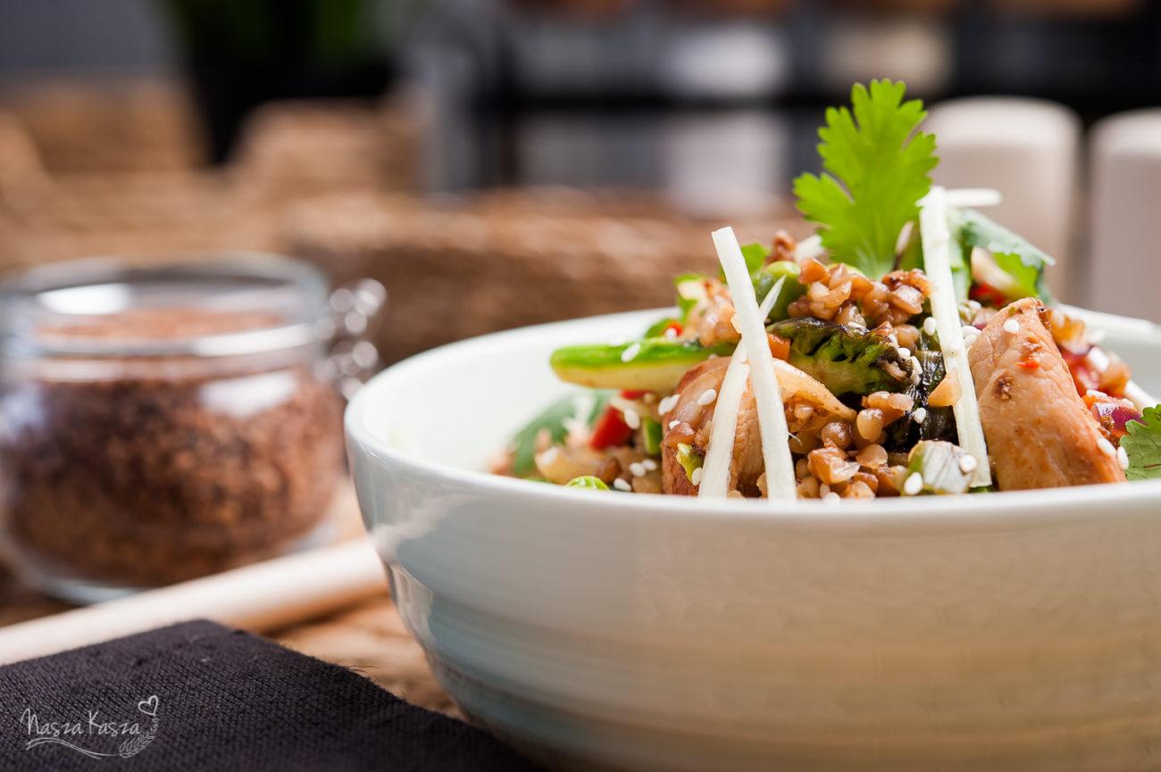 Orientalne stir-fry z indykiem, szparagami i kaszą gryczaną