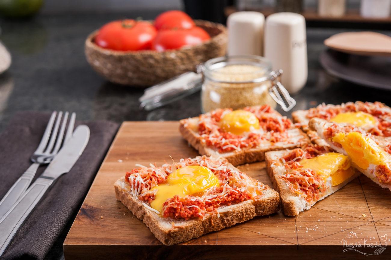 Tosty zapiekane z jajkiem, kaszą jaglaną i goudą