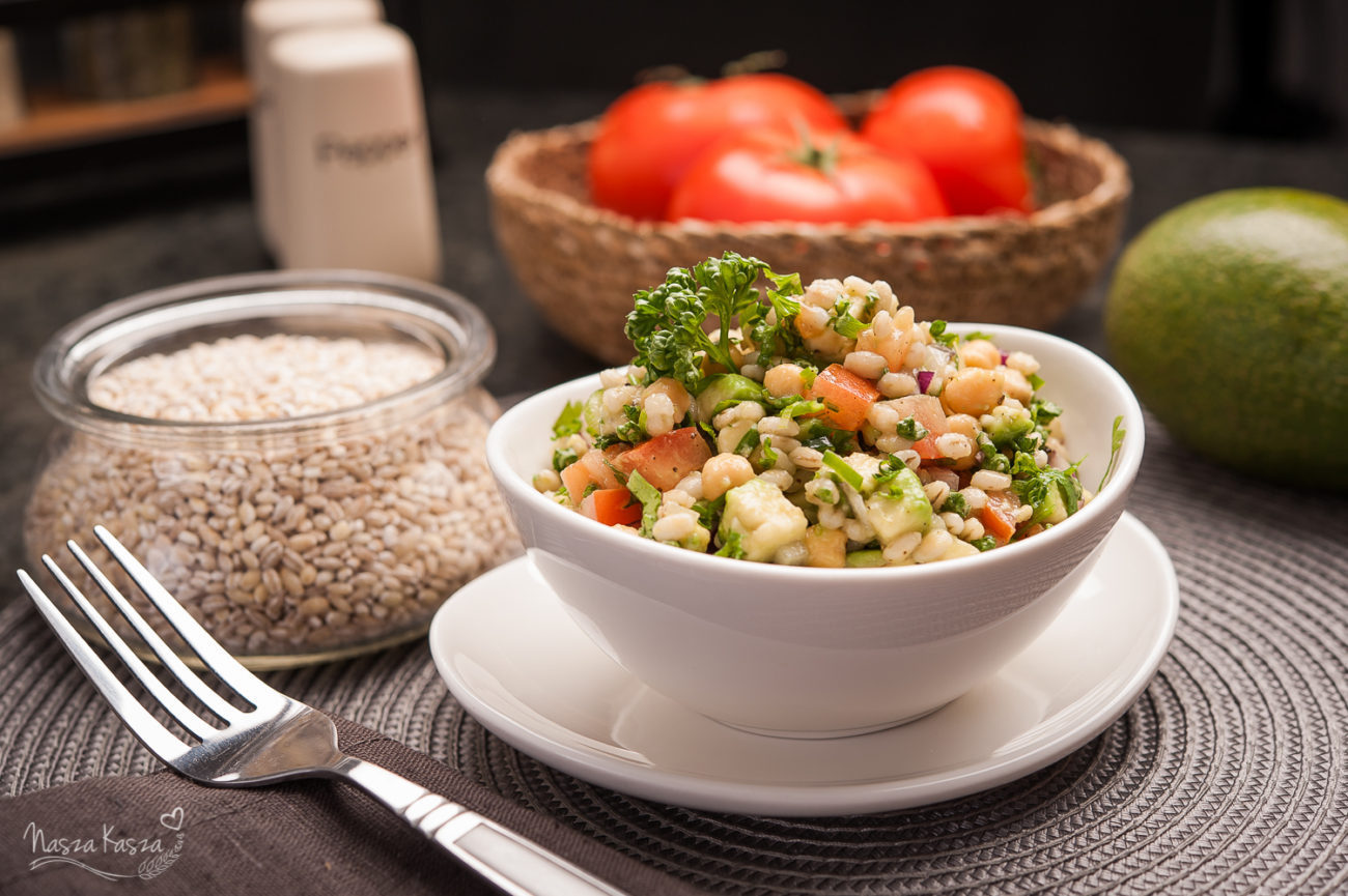 Sałatka z awokado, pomidorem, pęczakiem i ciecierzycą