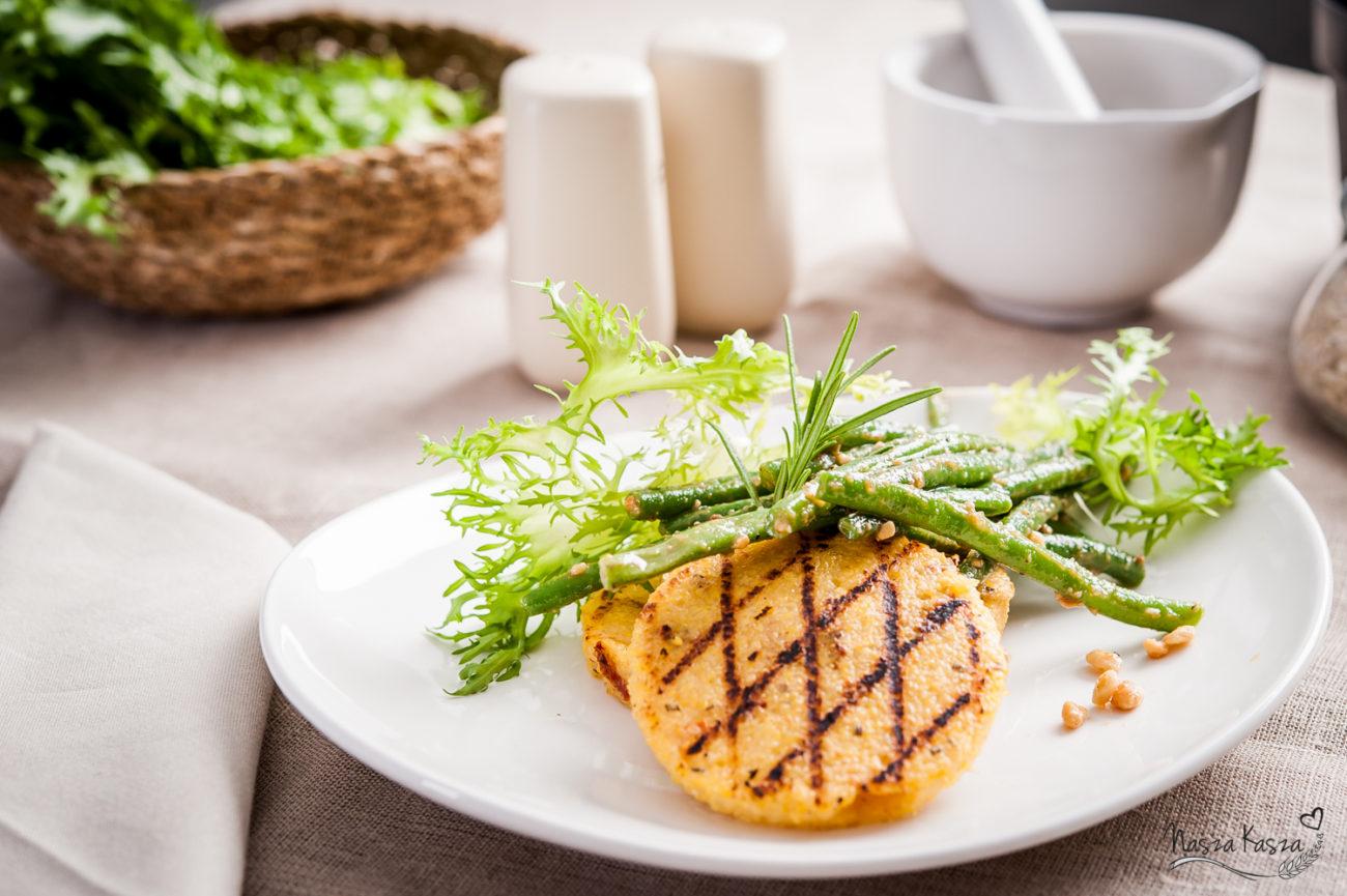 Grillowana polenta z kaszy kukurydzianej z rozmarynem, suszonym pomidorem i fasolką szparagową