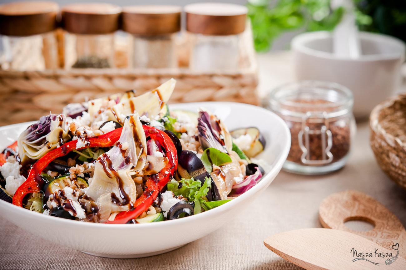 Sałatka gryczana z grillowanymi warzywami, karczochami i serem kozim