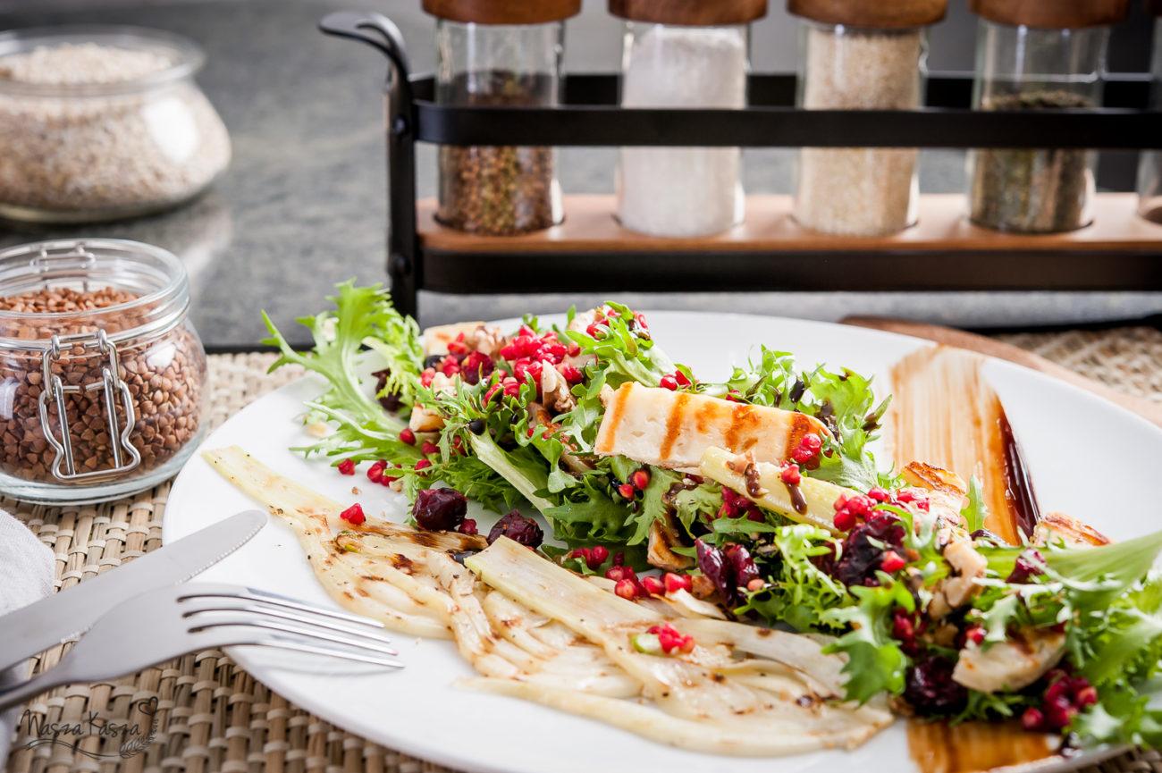 Sałatka z grillowanym fenkułem, buraczkową kaszą gryczaną, orzechami włoskimi, żurawiną i serem halloumi