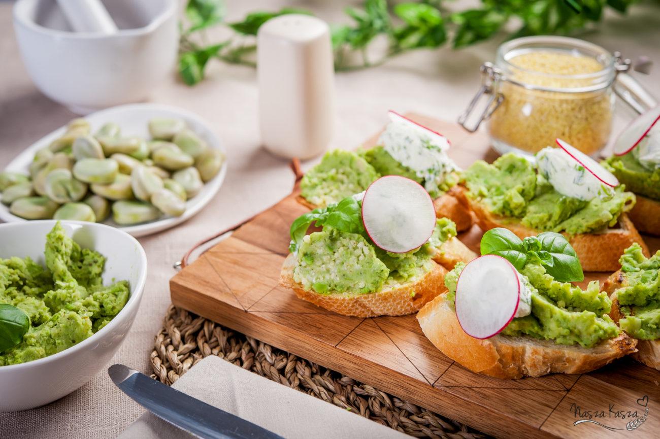 Bruschetta z pastą bobu, zielonego groszku i kaszy jaglanej z serkiem śmietankowym