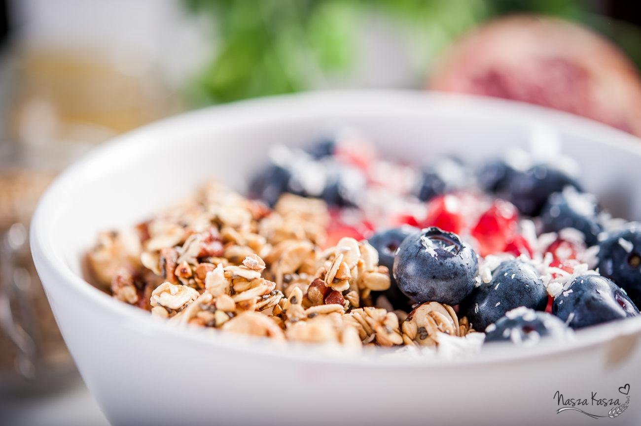 Czekoladowa granola z jogurtem i owocami