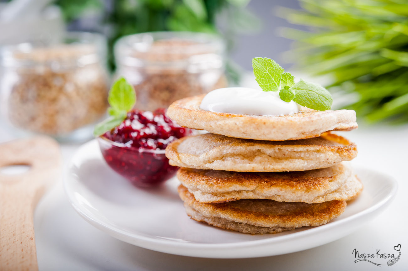 Gryczane pancakes z jogurtem i konfiturą malinową