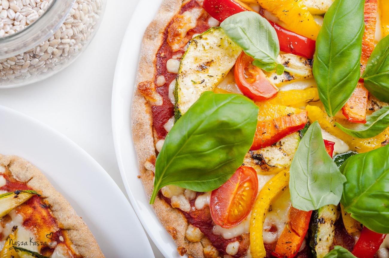 Pizza na spodzie z kaszy jęczmiennej z warzywami