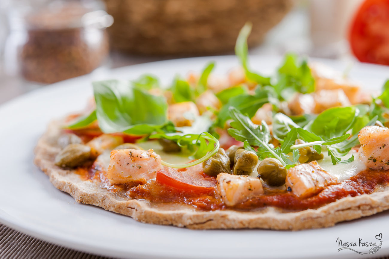 Pizza na gryczanym spodzie z łososiem i świeżymi warzywami