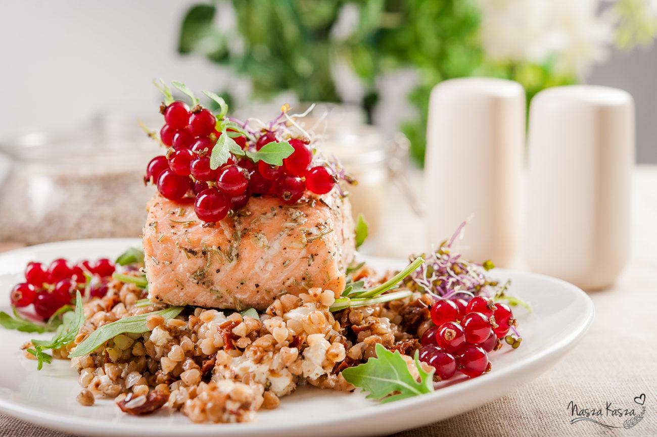 Sałatka z kaszy gryczanej z pieczonym łososiem, serem feta i suszonymi pomidorami