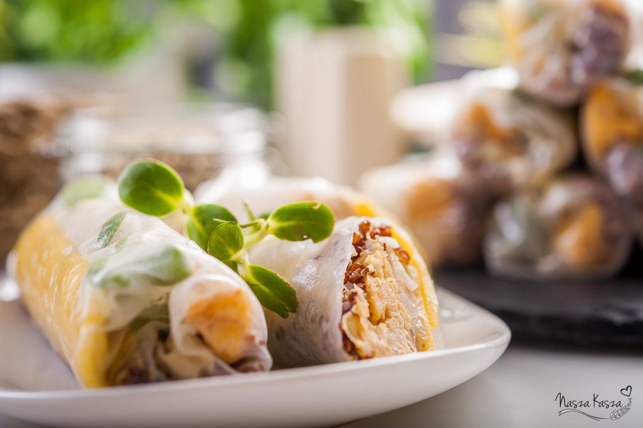 Spring rolls z komosą ryżową i dodatkami z sosem orzechowym