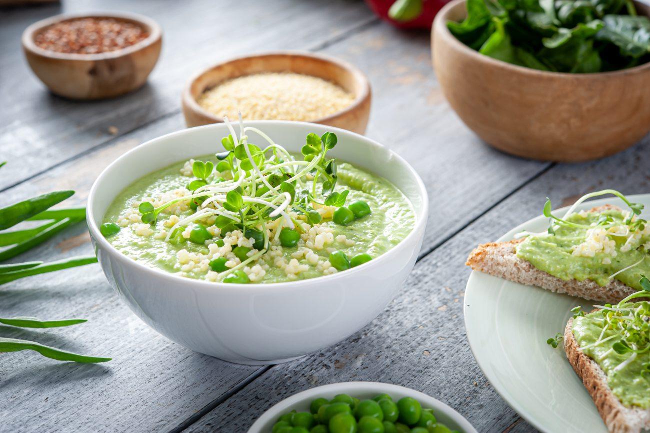 Pasta z zielonego groszku, kaszy jaglanej i jajka